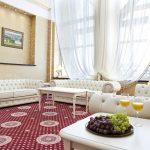 гостинная с панорамным окном президенского номера